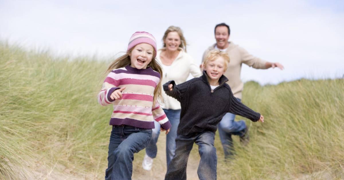 Familie rent door de duinen